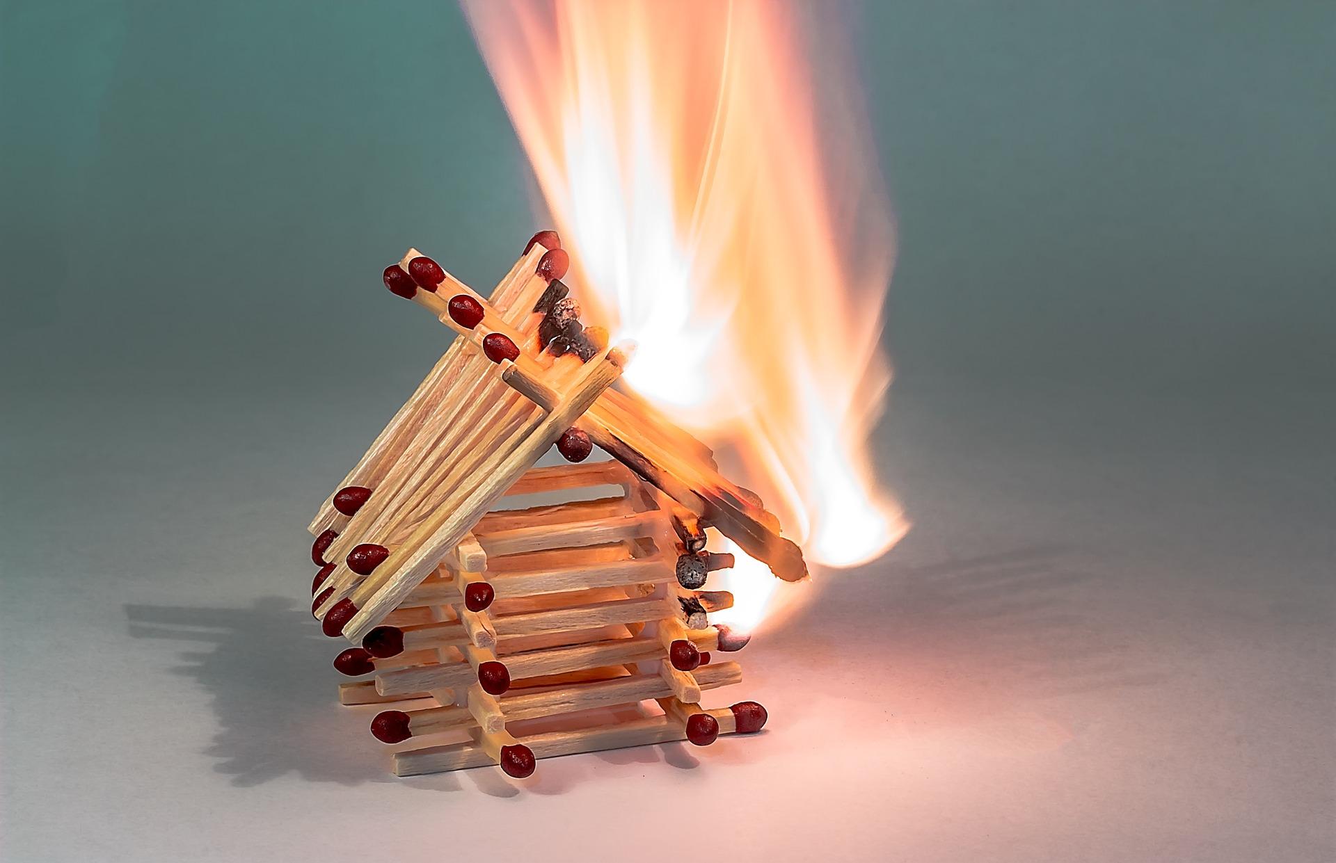 Mit tegyünk, ha tűz keletkezik a lakásban?